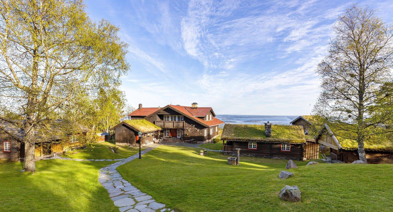 PRAKTEIENDOM: Hans Preben Mehren selger nå en eiendom rett nord for Holmenkollbakken, og som trolig er en av Norges dyreste.