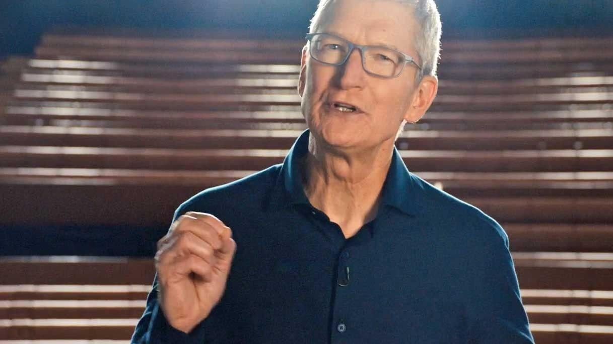 Apple går bort fra Intel-prosessorer, og bygger nå sine egne prosessorer til Mac og det nye operativsystemet Mac OS Big Sur. – Det er en virkelig historisk dag, sier applesjefen Tim Cook. Her er han på mandagens pressekonferansen