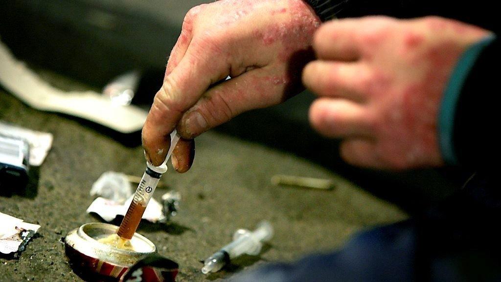 Klargjøring av heroinsprøyte på gata.