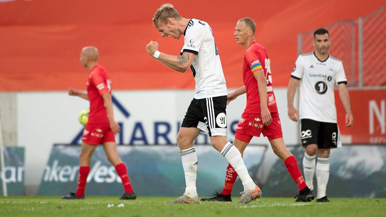 KNALLTALL: Rosenborg Gjermund Åsen jubler i eliteseriekampen i fotball mellom Brann og Rosenborg på Brann Stadion. 1-2.