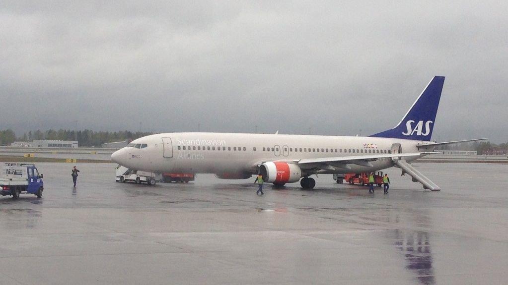 LIMTE SEG FAST: En klimaaktivist limte hendene sine på flynesen til et SAS-fly i Sverige. NB: Dette er ikke det aktuelle flyet i saken.