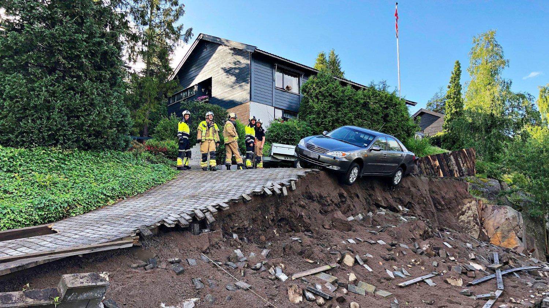 JORDRAS: Denne bilen henger halvveis utenfor skrenten jordraset forårsaket.