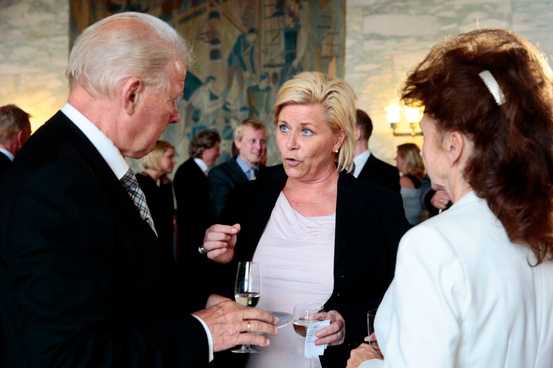 Oslo 20140506. FrP-politiker Carl I. Hagen fyller 70 år. Det markeres med en mottakelse på Rådhuset i Oslo tirsdag ettermiddag. Her er han i samtale sin kone Eli og partileder og finansminister Siv Jensen.