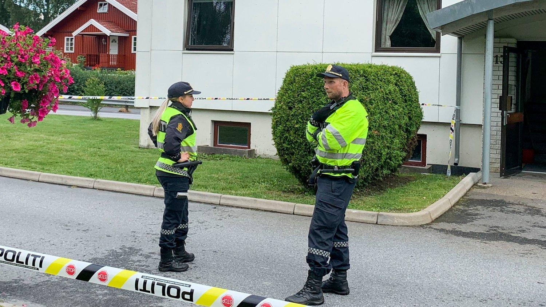 ÉN PÅGREPET: Politiet er på stedet etter at en kvinne i 60-årene døde etter knivstikking i Halden. En mann i 30-årene er pågrepet.