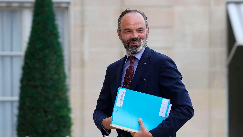 TREKKER SEG: Frankrikes statsminister Edouard Philippe trekker seg.