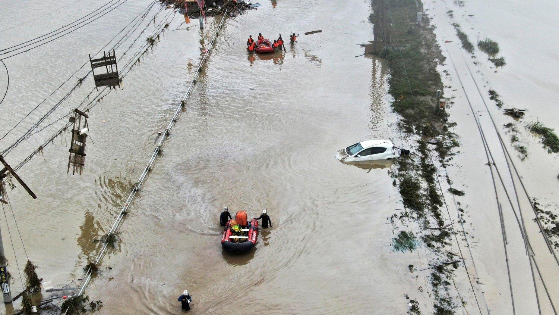 FLOM: Folk blir reddet fra flom i Kumamura i Japan søndag.