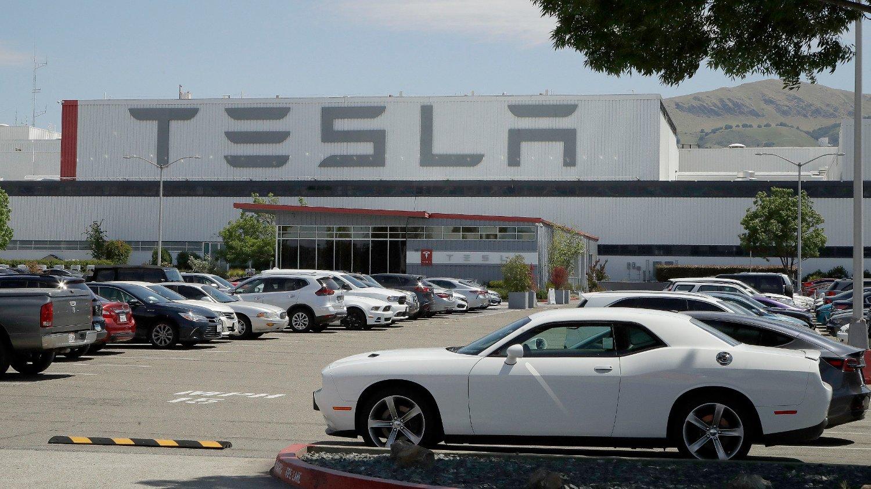 EKSTREMT PRISET: Tesla-aksjen prises nå helt ekstremt for et selskap som knapt nok tjener penger. Det er klare bobletendenser, mener investeringsdirektør Robert Næss i Nordea. Foto: Ben Margot / AP / NTB scanpix