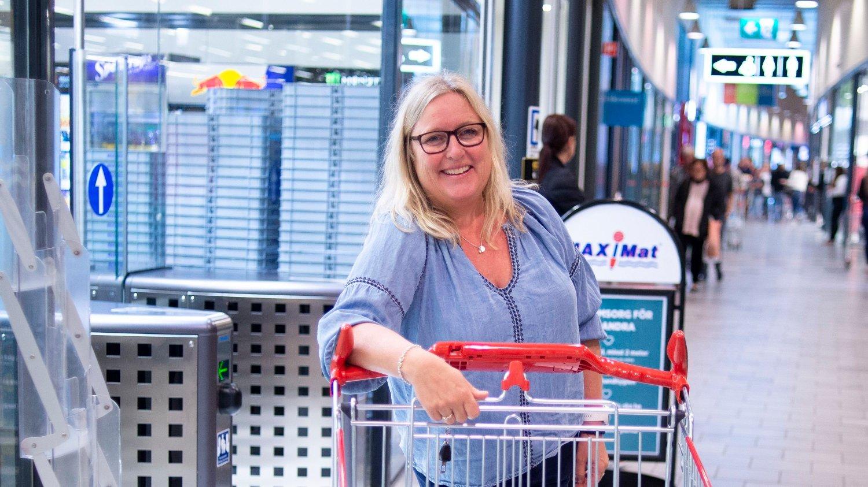 Charlottenberg, Sverige 20200725. Anita Kristoffersen ved Charlottenberg shoppingcenter.