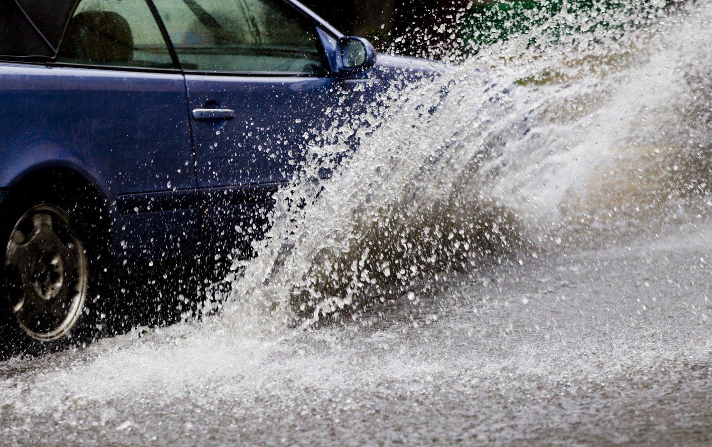 Oslo 20140626. Regnvær i Oslo torsdag ettermiddag. Vannsprut fra bil. Vanndammer. Store mengder vann.
