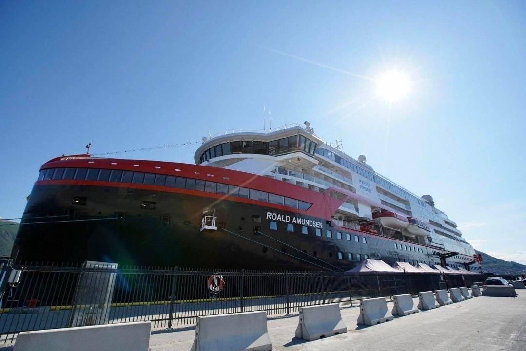 Hurtigrutens skip Roald Amundsen kom fra Svalbard og har lagt til kai i Tromsø fredag morgen.