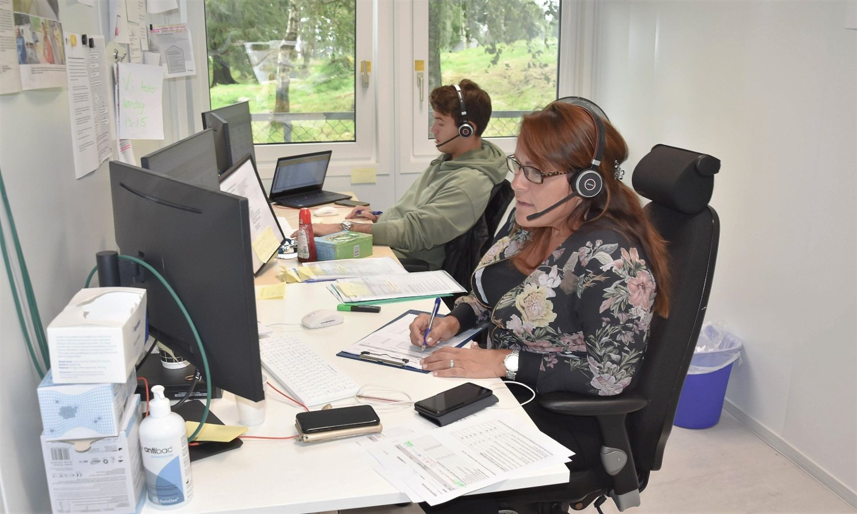 STOR PÅGANG: Herman Hauger Arikan og Astrid Håndlykke på Indre Østfolds koronatelefon, som torsdag hadde opp mot 1100 henvendelser. Nå bemannes tjenesten opp.