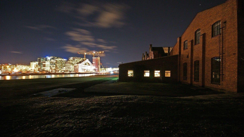 Politiet har stanset en utendørsfest i Middelalderparken i Oslo lørdag kveld. På festen var det over 100 deltagere, og mange sto tett i tett, i følge politiet. Dette bildet er ment som en illustrasjon.