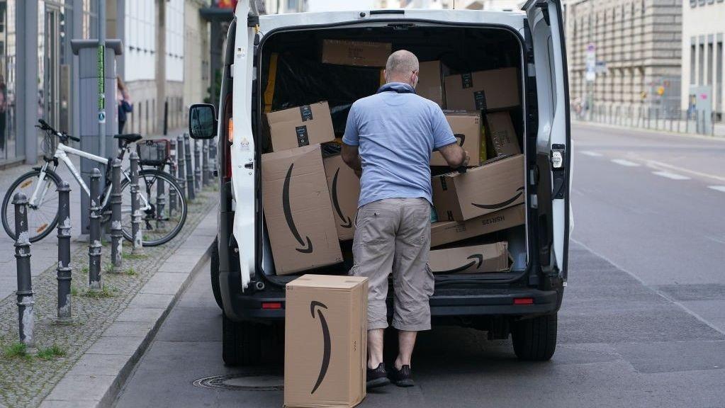 Amazon-leveranse i Berlin i juni 2020. I Tyskland har nå Amazon 13 lokale lagre for å levere raskest mulig ut til kunder.
