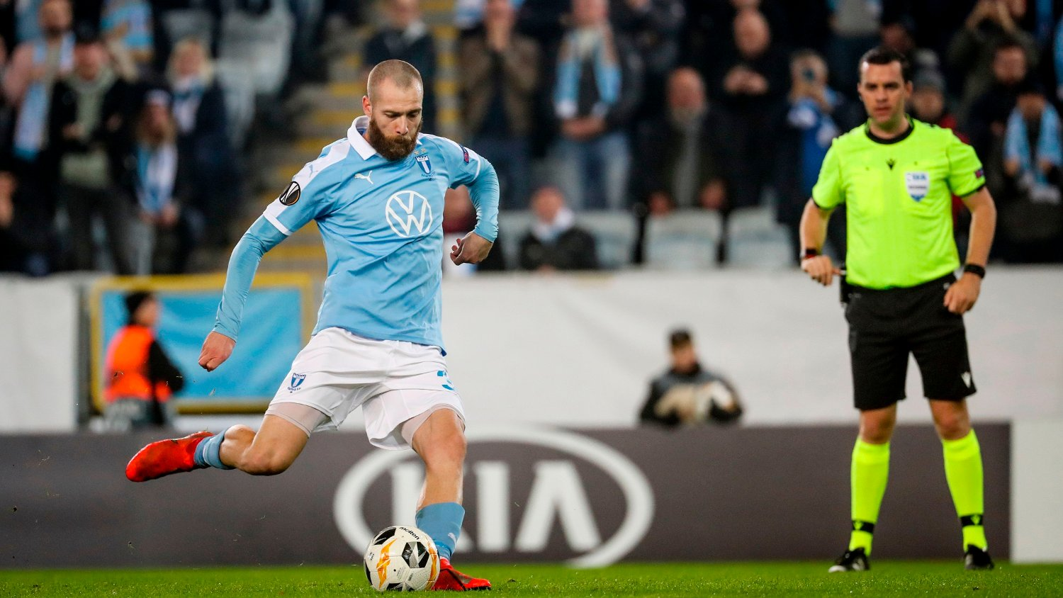 Malmo FF's Norwegian forward Jo Inge Berget scores 1-0 from the penalty spot during the UEFA Europa League group B football match between Malmo FF and FC Lugano at Malmo Stadium on October 24, 2019. / Sweden OUT