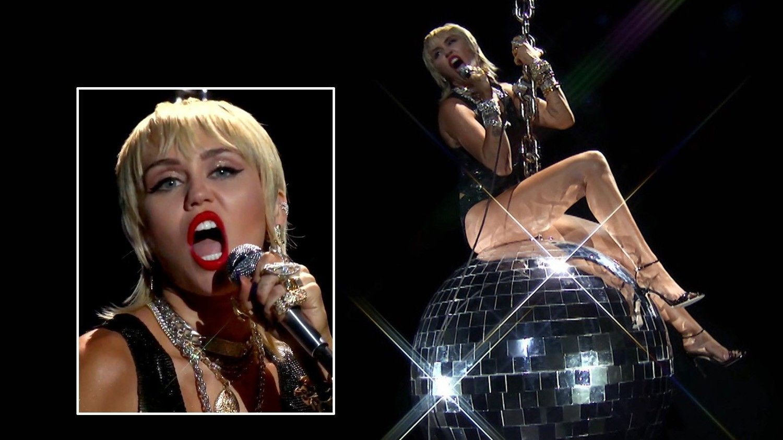 IKONISK ØYEBLIKK: Miley Cyrus overrasket alle med å gjenskape den kontroversielle scenen fra musikkvideoen til låte «Wrecking Ball» som hun toppet hitlistene med i 2013.