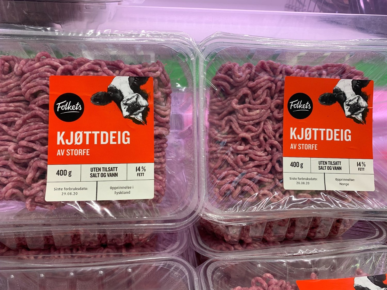 Bilde av to pakker med Folkets gjøttdeig. Den ene er merket med at den er produsert i Norge, mens den andre er merket med at den er produsert i Tyskland. Det er derimot vanskelig å se forskjellen, noe som har satt sinnene i kok.