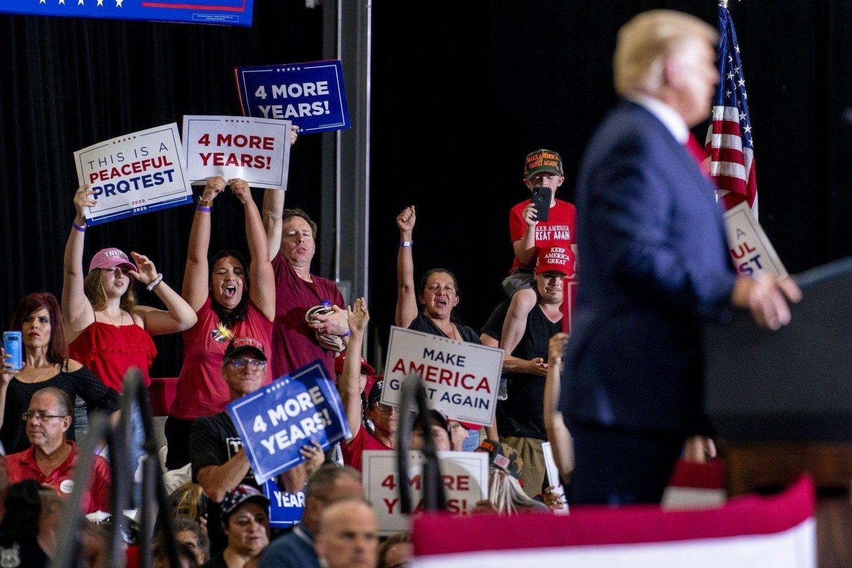 President Donald Trump holdt søndag kveld sitt første valgmøte innendørs siden juni.