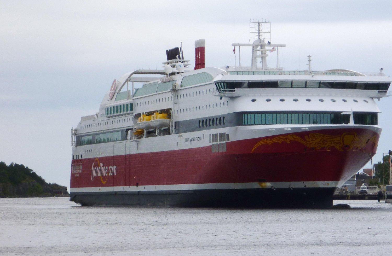 Fjordline sin passasjerferge Stavangerfjord på vei til å legge i land i Langesund i Telemark.