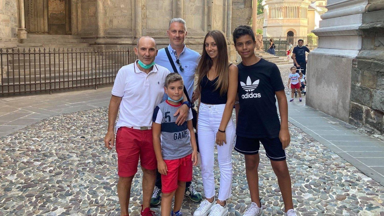 Familien Togni foran kirken Cappella Colleoni ved Piazza Vecchia i gamlebyen i Bergamo. .