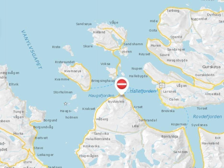 Fylkesvei 5852 er onsdag morgen stengt på grunn av jordras. Omkjøring via Hakallesstranda, melder Statens vegvesen.