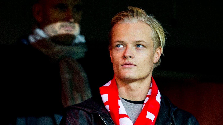 PÅ STADION: Marius Borg Høiby, her med bror prins Sverre Magnus, på EM-kvalifisering play-off mellom Norge-Ungarn.