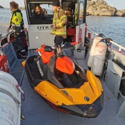 Det søkes i vannet i Ulvøysund etter funn av en førerløs vannscooter.