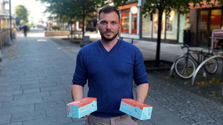 OVERRASKET: Magnus Svarstad, daglig leder i Printmax, har drevet med import av varer fra utlandet siden 2013. Han ble overrasket over hvor tilgjengelig og billig munnbind var