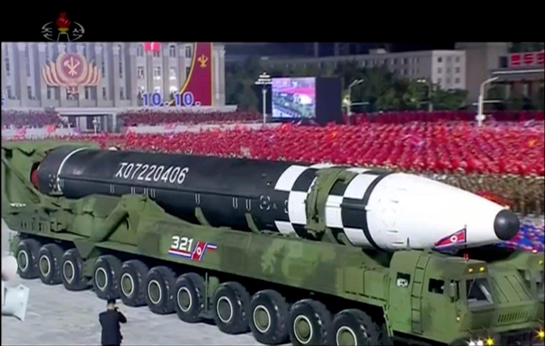 Bildet fra nordkoreansk statsfjernsyn viser fram det som tilsynelatende er en ny interkontinental ballistisk rakett i Pyongyang.
