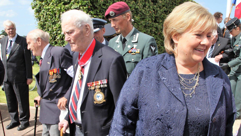 Erna Solberg og norske krigsveteraner markerer D-dagen i Normandie i 2014.