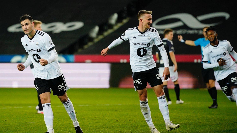 Trondheim 20201004. Rosenborgs Dino Islamovic setter 4-1 på straffe under eliteseriekampen i fotball mellom Rosenborg og Odd på Lerkendal Stadion.