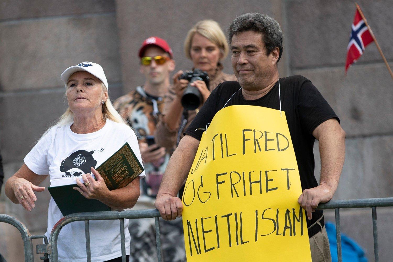 Dan Eivind Lid ble funnet drept i Kristiansand 3. oktober. Her er han fotografert foran Stortinget i forbindelse med Sians såkalte krenkefest. Til venstre Sian-profilen Fanny Bråten.