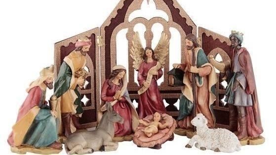 Den kommer i en gaveeske hvor hver figur har sin plass. Juleevangeliet står skrevet i lokket.