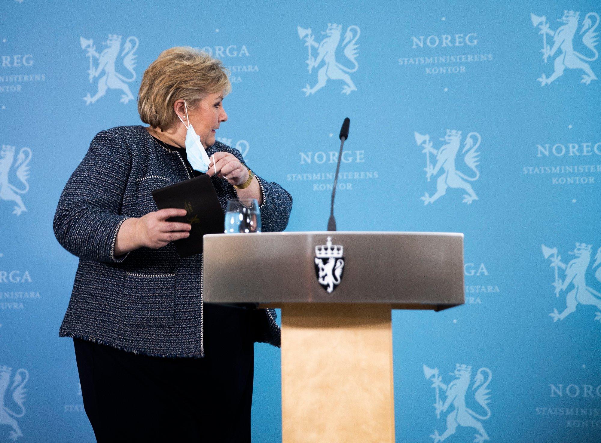 IKKE FULL GJENÅPNING: Statsminister Erna Solberg fotografert i april da hun presenterte gjenåpningsplanen. Mandag var budskapet at trinn fire i gjenåpingsplanen er satt på vent inntil videre.
