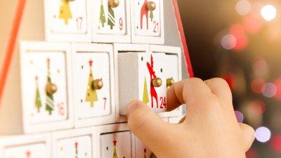 Bilde av et barn som åpner adventskalender