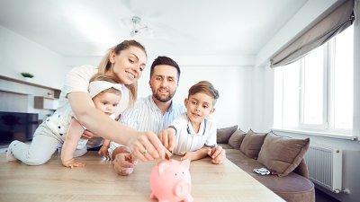 Familie sparer penger
