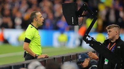 BRUKER SKJERMEN: I Champions League har Cuneyt Cakir og de andre dommerne muligheten til å bruke skjermen på sidelinjen før de tar en avgjørelse. Sekunder etter at dette bildet ble tatt dømte Cakir straffe til Chelsea mot Valencia på grunn av hands.