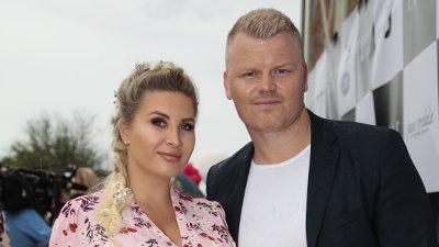 Motemagasinet Elle har sommerfest Oslo 20190611. John Arne Riise med sin gravide kone Louise Angelica Riise på den røde løperen til Elle-festen på Høymagasinet på Akershus festning i Oslo tirsdag.