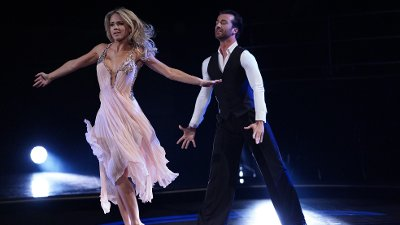 Emilie Nereng og Santino Mirenna danset Slowfox til Dancing On My Own / Calum Scott FOTO: Espen Solli / TV 2