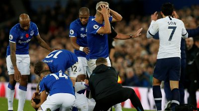 GRUSOMME SCENER: Flere av spillerne på Goodison Park var oppløst i tårer da skrekkskaden inntraff på André Gomes.