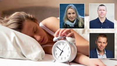 Bilde av kvinne i seng som trykker på snooze-knappen på vekkerklokken. Innfelt bilde av de tre ekspertene intervjuet i saken.