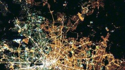 30 år etter Berlinmurens fall kan man fremdeles se hvor byen var delt fra verdensrommet.