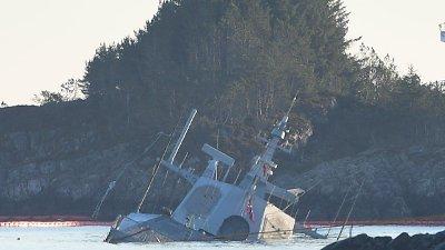 FOR ETT ÅR SIDEN: Den havarerte fregatten KNM Helge Ingstad ved Øygarden i Hordaland.