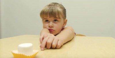 jente ved bord med marshmallow