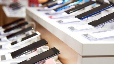 Smarttelefoner på rekke og rad i en butikk