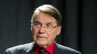 Tidligere biskop Gunnar Stålsett er 84 år gammel, bruker briller, rød skjorte med slips og dressjakke.