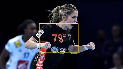 Estavana Polman jubler etter en scoring. En gul firkant uthever nummer 79 på brystet på den svarte drakta.