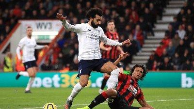 UT MED SKADE: Nathan Ake pådro seg en strekk i låret i denne duellen med Mohamed Salah. Da slo det også sprekker i Bournemouth-forsvaret.