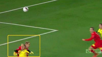 SITUASJONEN: Martin Ramsland gikk ned da denne ballen passerte over ham selv og Tobias Salquist i Lillestrøms 16-meter.