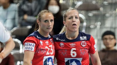 Camilla Herrem og Heidi Løke under VM kampen mellom Norge og Danmark.