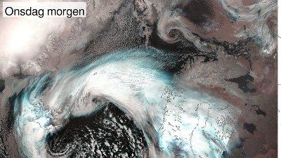 LAVTRYKK PÅ VEI NORDOVER: Et stort lavtrykk vil snart sluke et mindre lavtrykk, mens det er Islands tur til å oppleve ekstremvær onsdag.